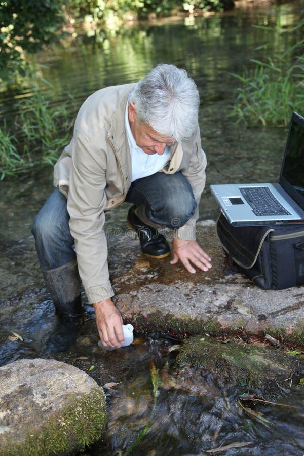 Analisi dell'acqua di fiume fotografie stock