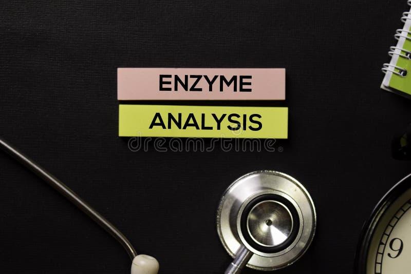 Analisi dell'enzima sulla tavola del nero di vista superiore con il campione di sangue e la sanità/concetto medico fotografia stock libera da diritti