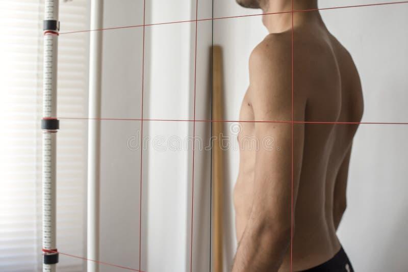 Analisi di equilibrio e di posizione di crescita del corpo fotografia stock