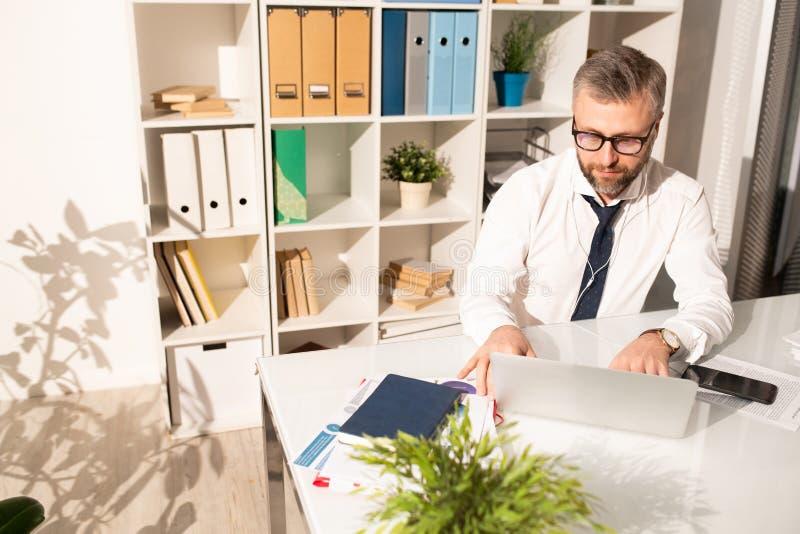 Analista concentrado del negocio que prepara informe fotos de archivo libres de regalías