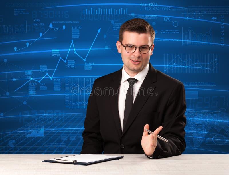 Analista conservado em estoque dos dados no estúdio que dá o adivce no backgro azul da carta imagens de stock royalty free