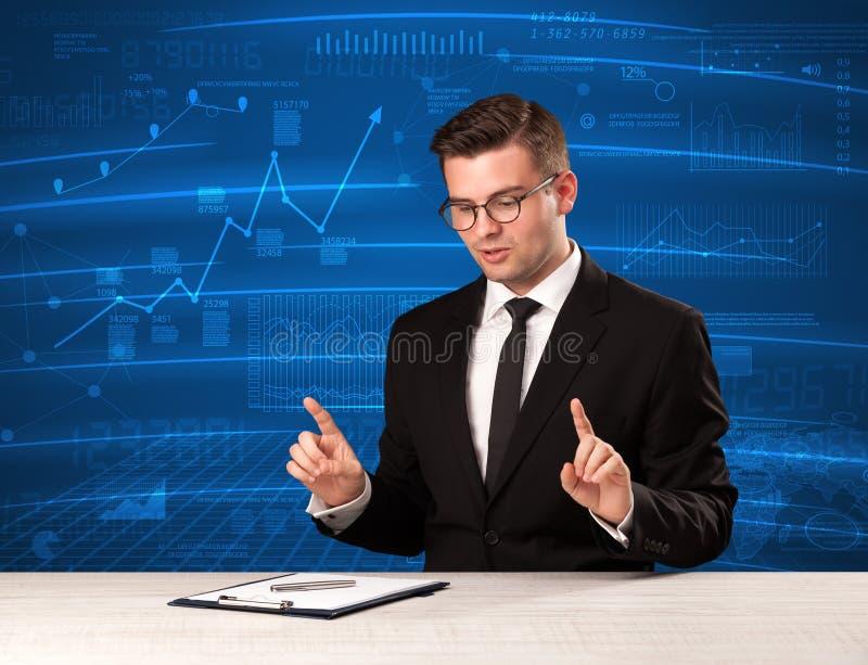 Analista conservado em estoque dos dados no estúdio que dá o adivce no backgro azul da carta imagens de stock