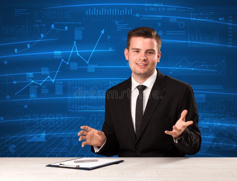 Analista conservado em estoque dos dados no estúdio que dá o adivce no fundo azul da carta imagens de stock