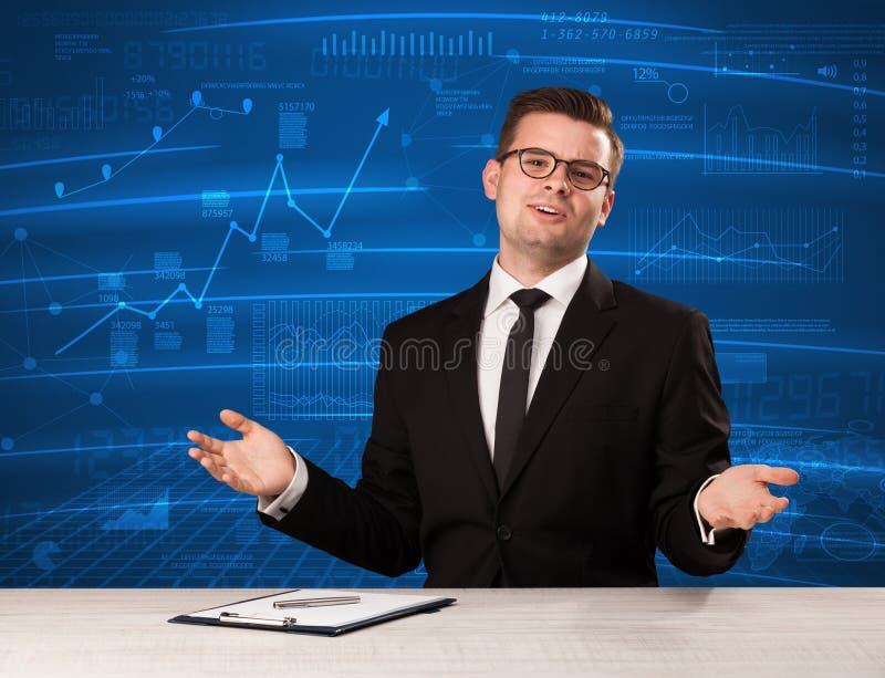Analista conservado em estoque dos dados no estúdio que dá o adivce no backgro azul da carta foto de stock royalty free
