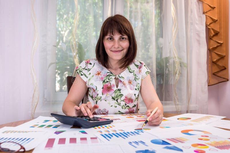 analista del negocio que trabaja con los gráficos y los diagramas fotos de archivo