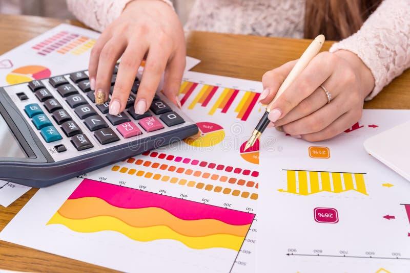 Analista do negócio que trabalha com relatórios, gráficos foto de stock