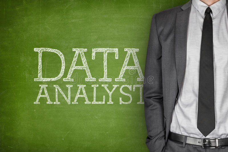 Analista dos dados no quadro-negro fotos de stock