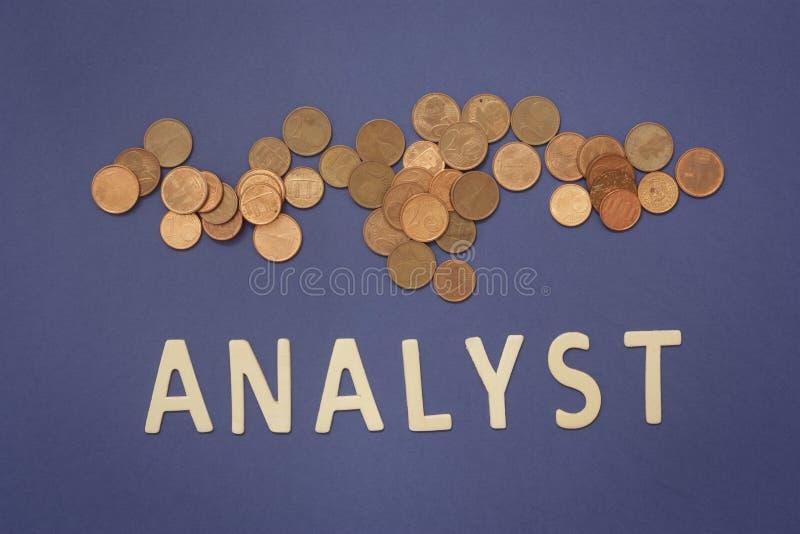 Analista escrito com letras de madeira em um fundo azul imagem de stock