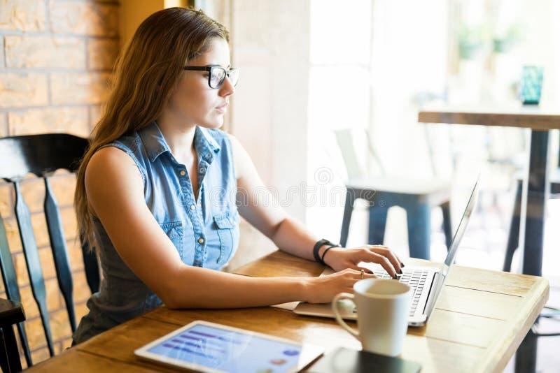 Analista fêmea do negócio no café fotografia de stock royalty free