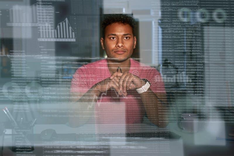 Analista indiano concentrado de óculos novo dos dados que usa dados grandes fotografia de stock