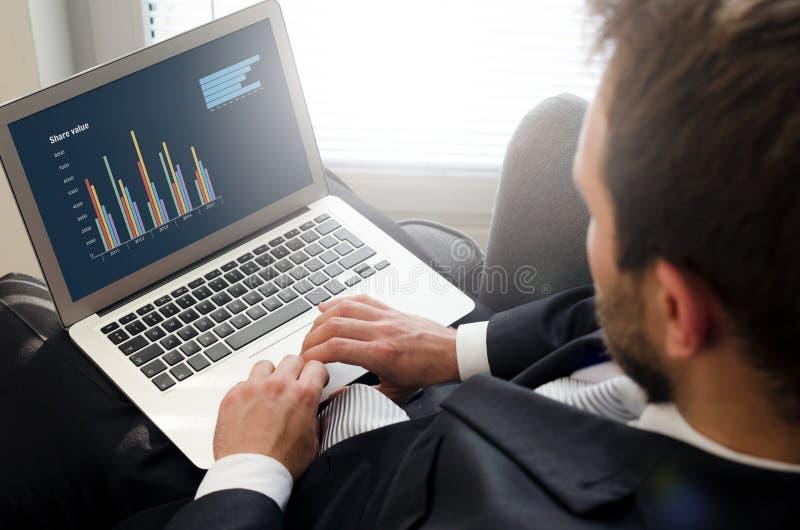 Analista que trabalha com portátil Conceito da análise de negócio imagens de stock royalty free