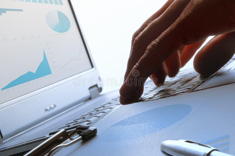Analista que trabalha em um teclado imagens de stock royalty free