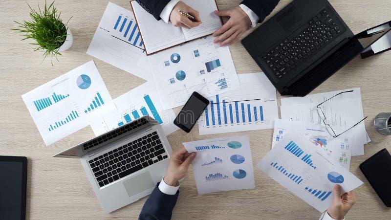 Analisti che preparano le note alla presentazione online futura che impara le statistiche fotografie stock libere da diritti