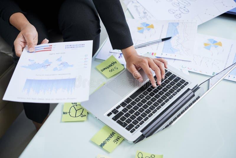 Analityk finansowy pracuje przy jej biurkiem fotografia stock