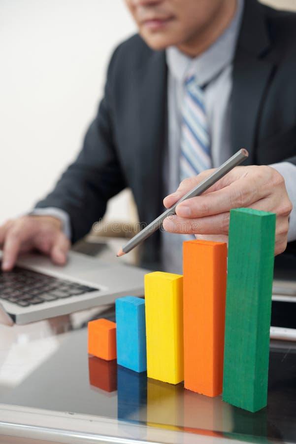 Analityk finansowy przy pracą zdjęcia stock