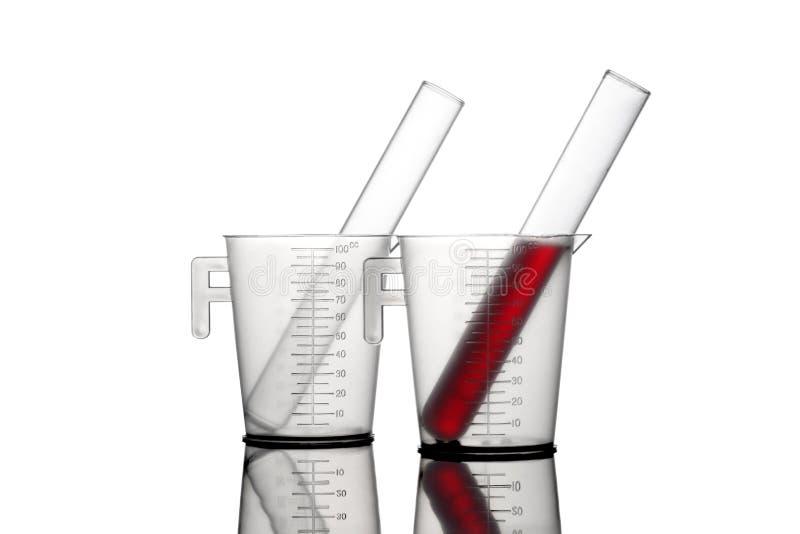 Analiza laborancki zbiornik i szklana próbna tubka odizolowywający na białym tle z ścinek ścieżką i kopii przestrzeni dla twój te obraz stock