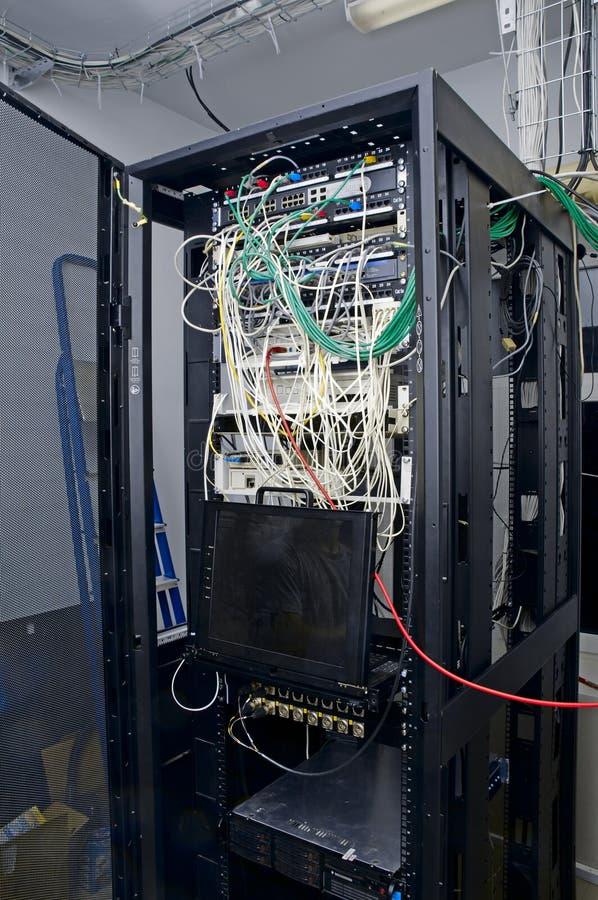 Analizador del cable de Digitaces en los servidores fotografía de archivo libre de regalías