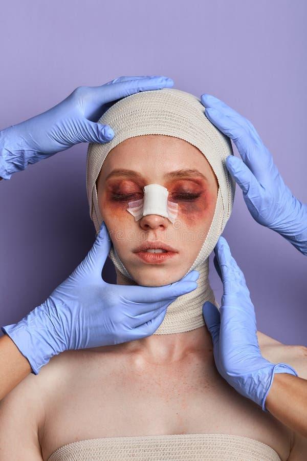 Analizing докторов, проверяя синяки женщины на стороне стоковое изображение rf