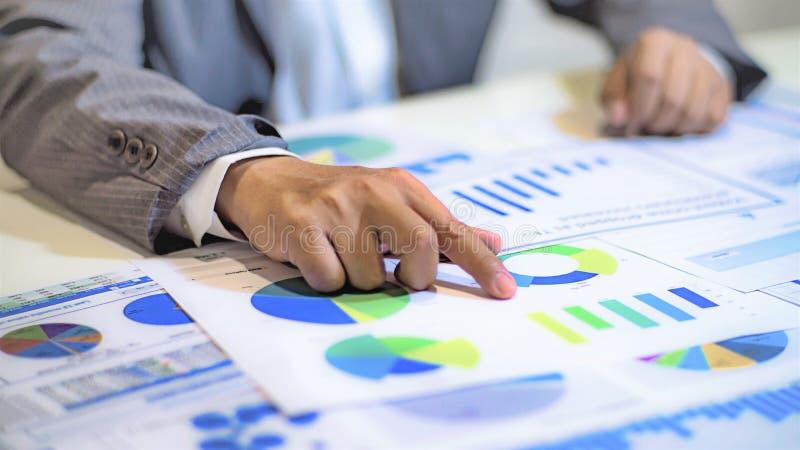 analizować dochodów wykresy z kalkulatorem i mapy zdjęcia stock