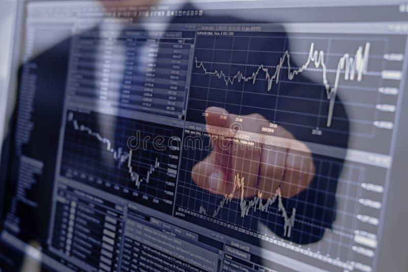 analizować dochodów wykresy z kalkulatorem i mapy fotografia stock
