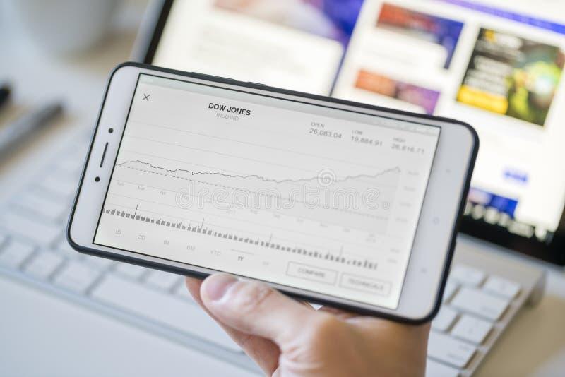 Analizować mapę dow jones industrial average na smartphone obraz royalty free