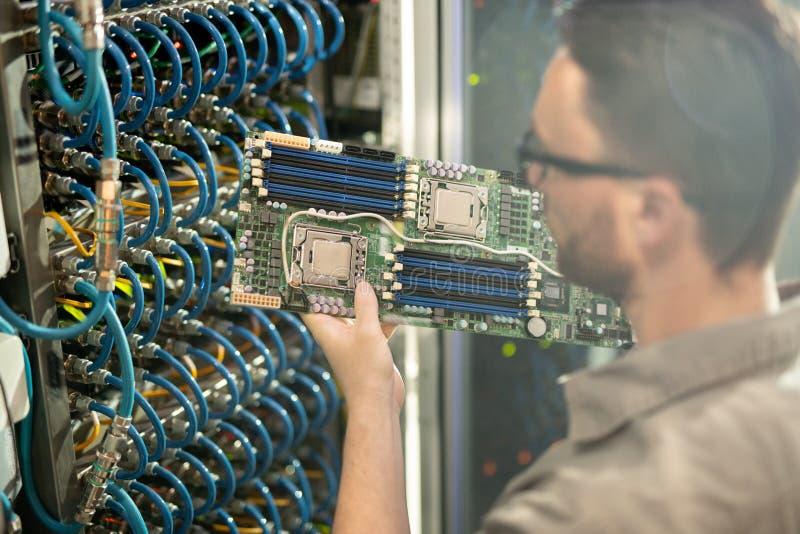 Analizowa? p?yt? g??wn? superkomputer zdjęcie stock