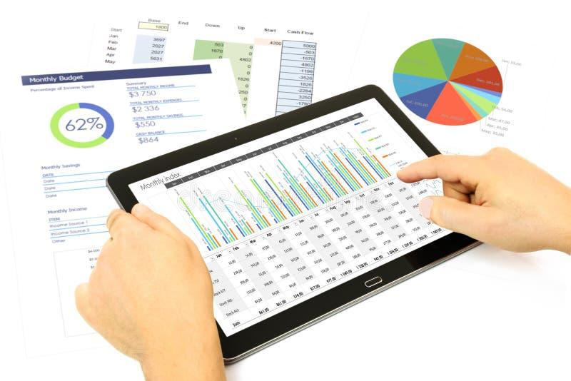 Analizować pieniężnych dane na pastylce fotografia royalty free