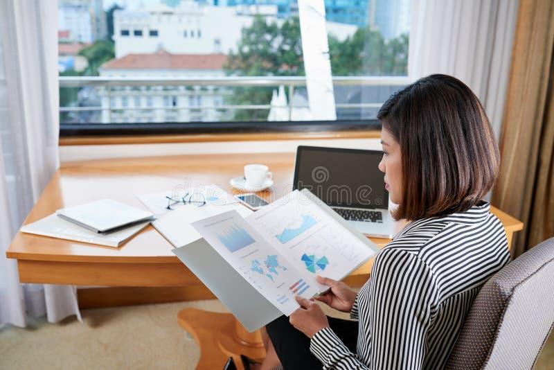 Analizować pieniężnych raporty zdjęcie royalty free