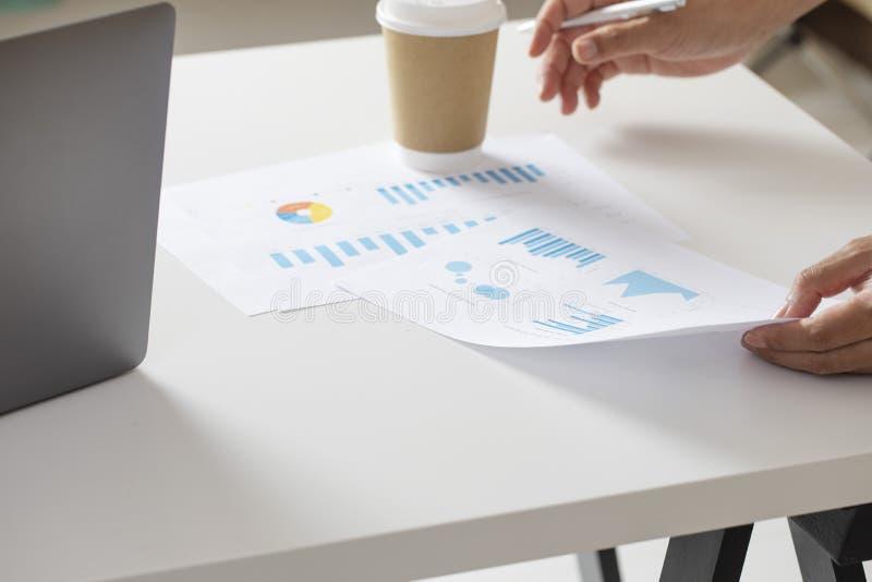 Analizzare dell'uomo d'affari finanziario su lavoro di ufficio fotografia stock libera da diritti