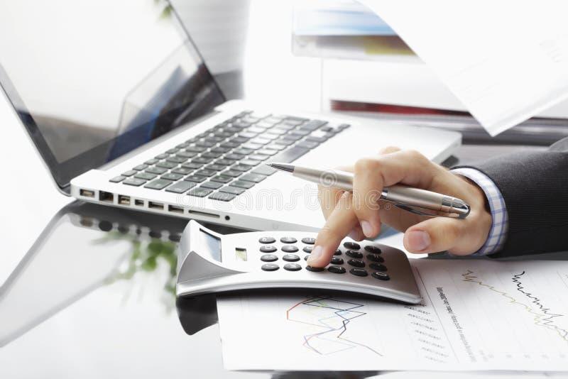Analizzare di dati finanziari fotografie stock libere da diritti