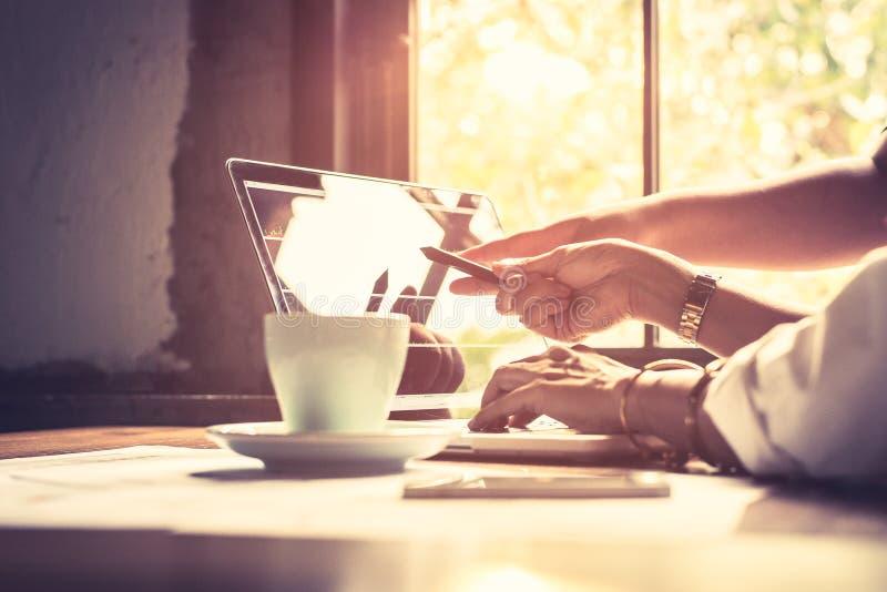 Analizzare i dati Chiuda sulle mani del gruppo di affari che funzionano insieme nell'ufficio creativo mentre indicare della donna immagini stock libere da diritti