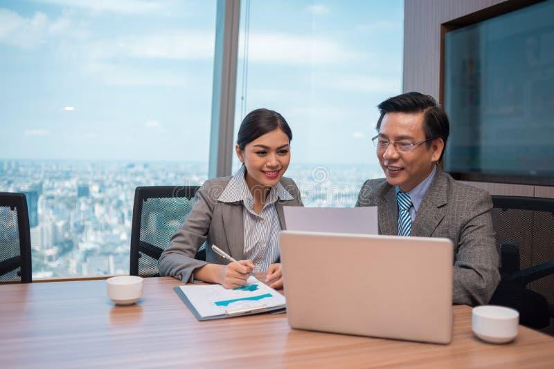 Analizzare i documenti finanziari fotografie stock libere da diritti