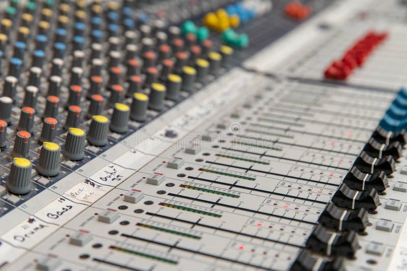 Analoge Audio-mixingconsole stock afbeelding