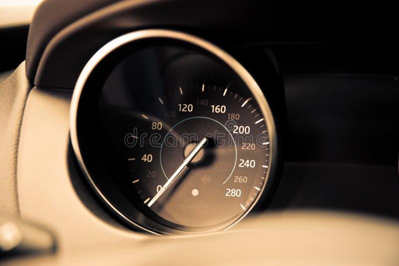 Analoge Autogeschwindigkeitsmessernahaufnahme lizenzfreie stockfotos