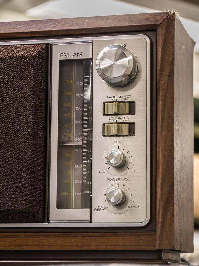 Analoger Radio der hölzernen Weinleseantike mit Radioskala auf Holztisch stockfotografie