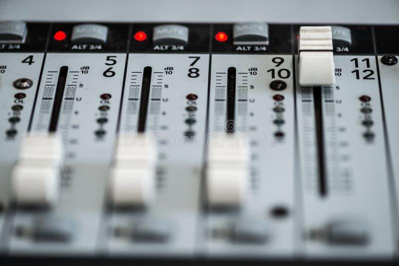 Analogic Correcte Mixer Het professionele audio het mengen zich van consoleradio en TV uitzenden stock foto