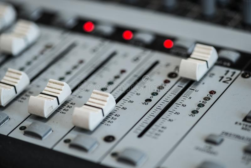 Analogic Correcte Mixer Het professionele audio het mengen zich van consoleradio en TV uitzenden stock foto's