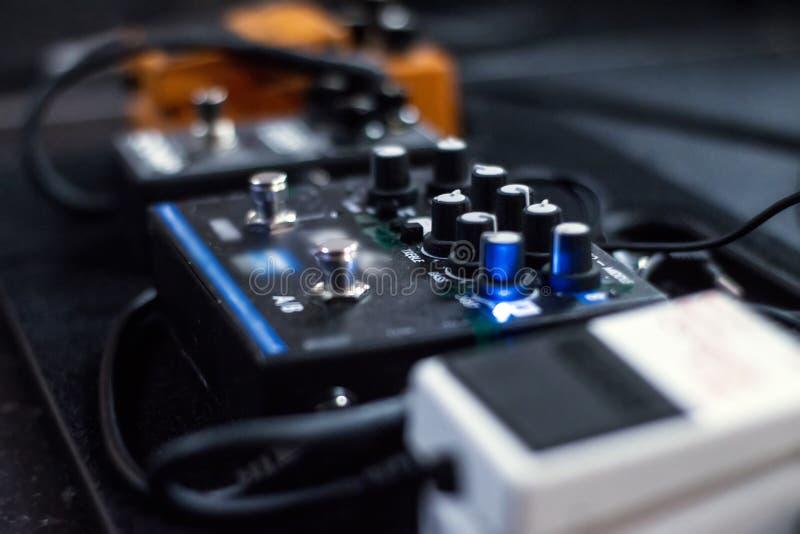 Analogic Pedale des Klangeffektes in einem Konzertstadium lizenzfreie stockfotografie