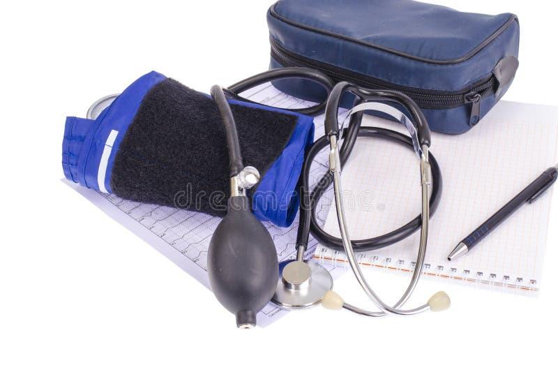 Analogowego ciśnienia krwi metrowy tonometer i notepad na tle medyczni wykresy, diagnostycy Healt pojęcie fotografia stock