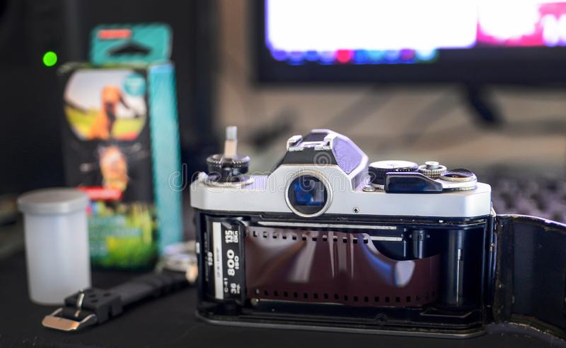 Analogowy życia pojęcie, Retro klasyka filmu kamera i ekranowa rolka na desktop, zdjęcie stock
