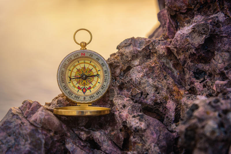 Analoog die kompas op de rotsen wordt verlaten stock afbeelding