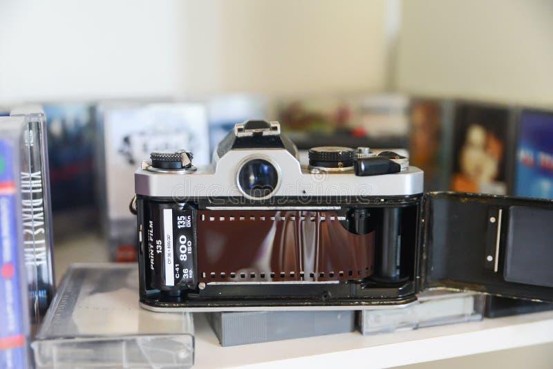 Analoog het levensconcept, Retro filmcamera en cassetteband Analoog het levensconcept, Retro klassieke filmcamera en cassetteband stock fotografie