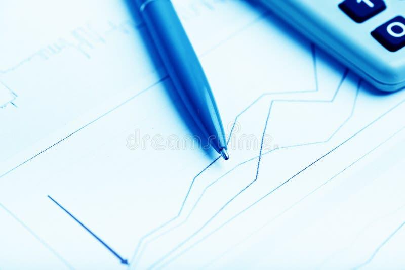 analysant des données financières photo libre de droits