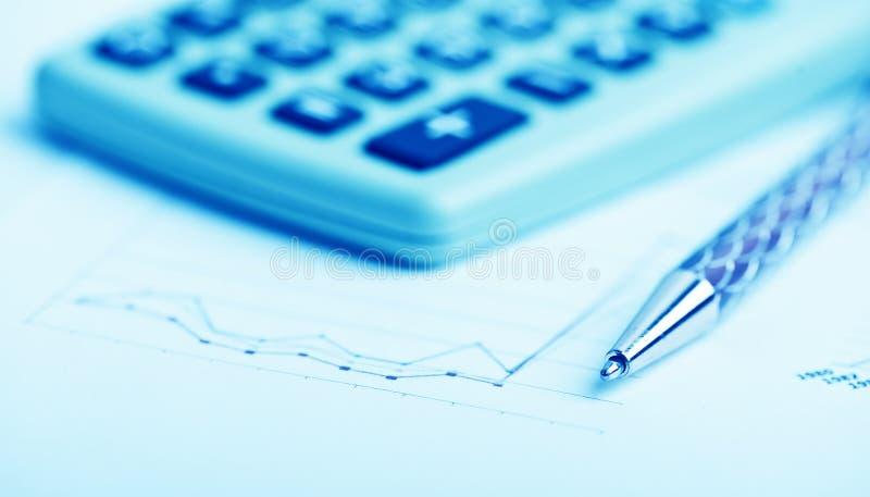 analysant des données financières photos libres de droits