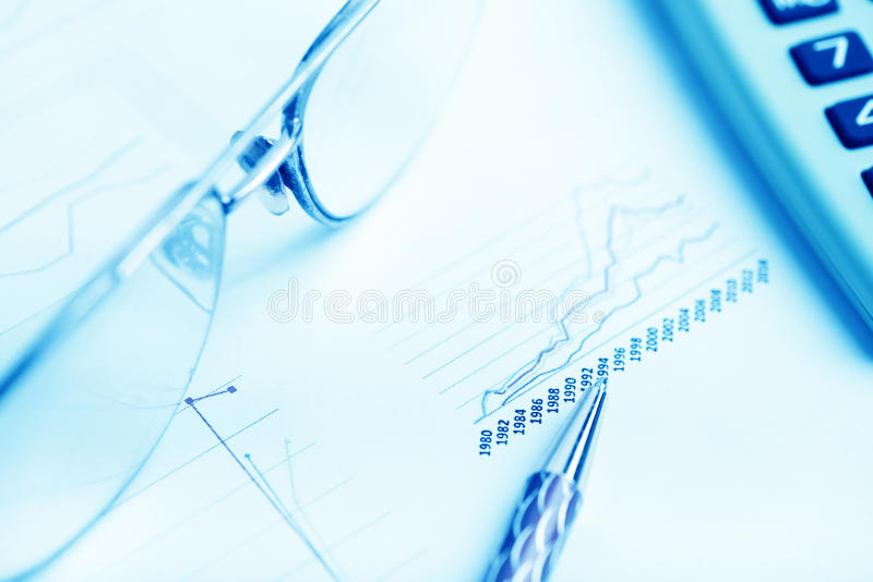 analysant des données financières images stock
