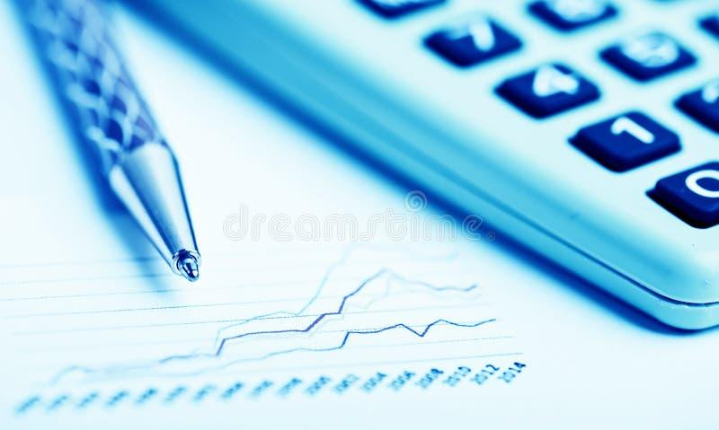 analysant des données financières images libres de droits