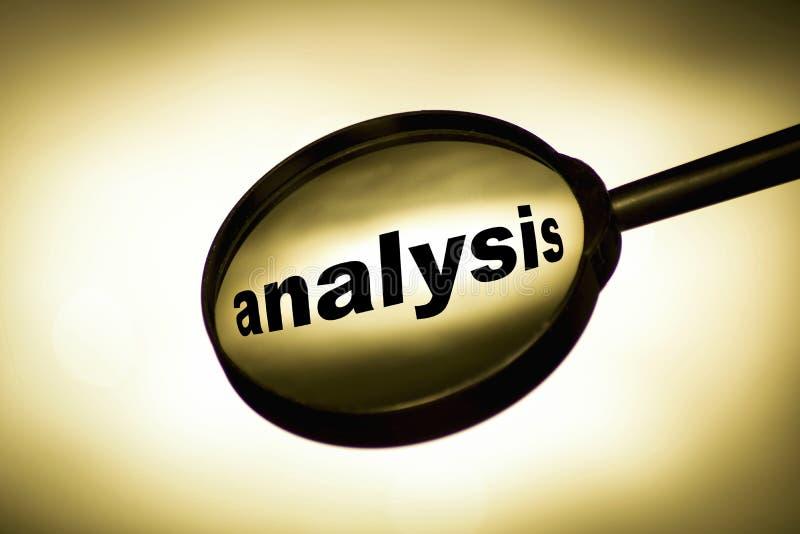 Analysbegrepp, förstoringsglasbild på en ljus bakgrund arkivfoton