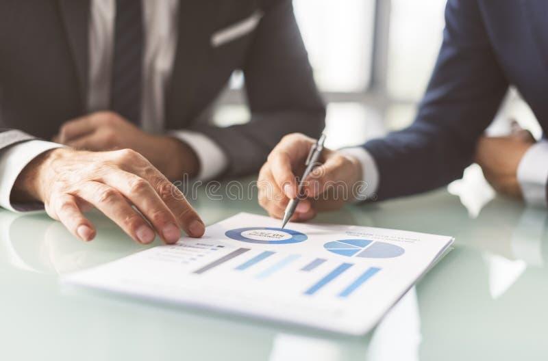 Analyse-Brainstorming-Geschäfts-Arbeitsberichts-Konzept stockfoto