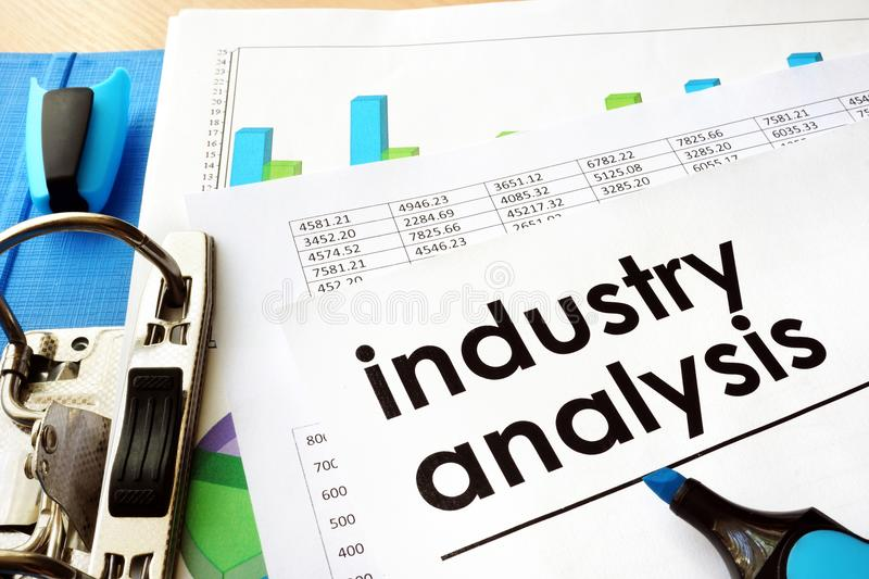 Analyse d'industrie de document dans un dossier images stock