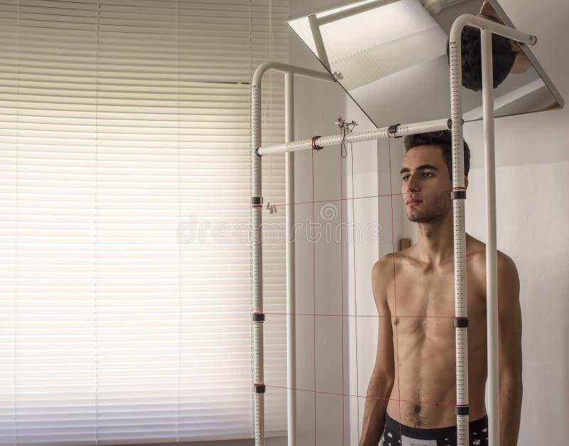 Analyse de posture et d'équilibre de croissance de corps photographie stock libre de droits